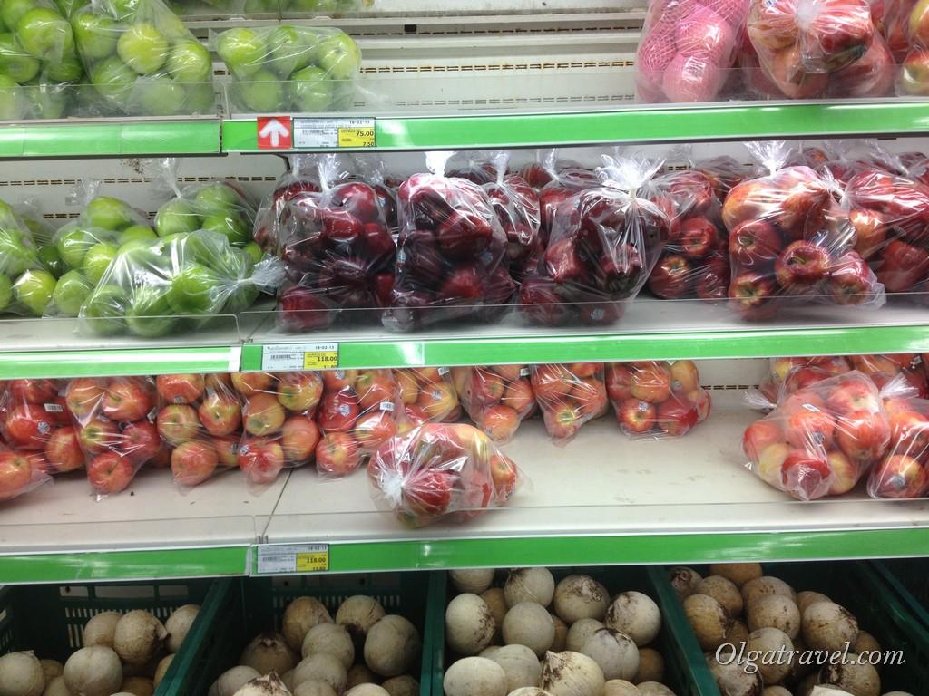 Сухие кокосы и яблоки (118 бат/ кг). Не брали. Хотя яблок иногда хотелось :)