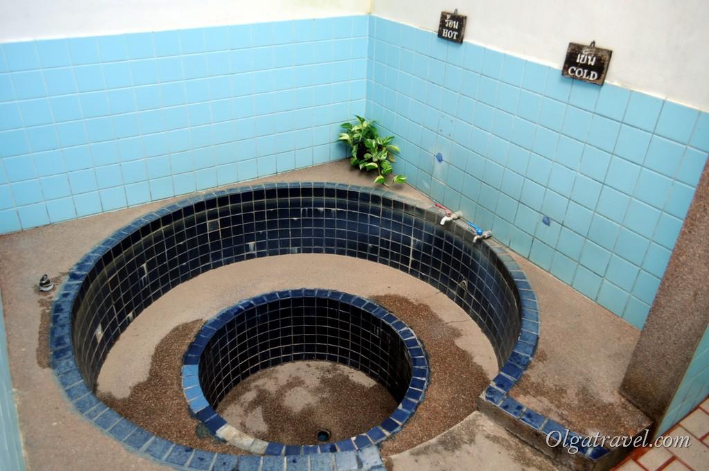 Вот в такую ванну надо наливать воду: горячую минеральную и разбавлять холодной
