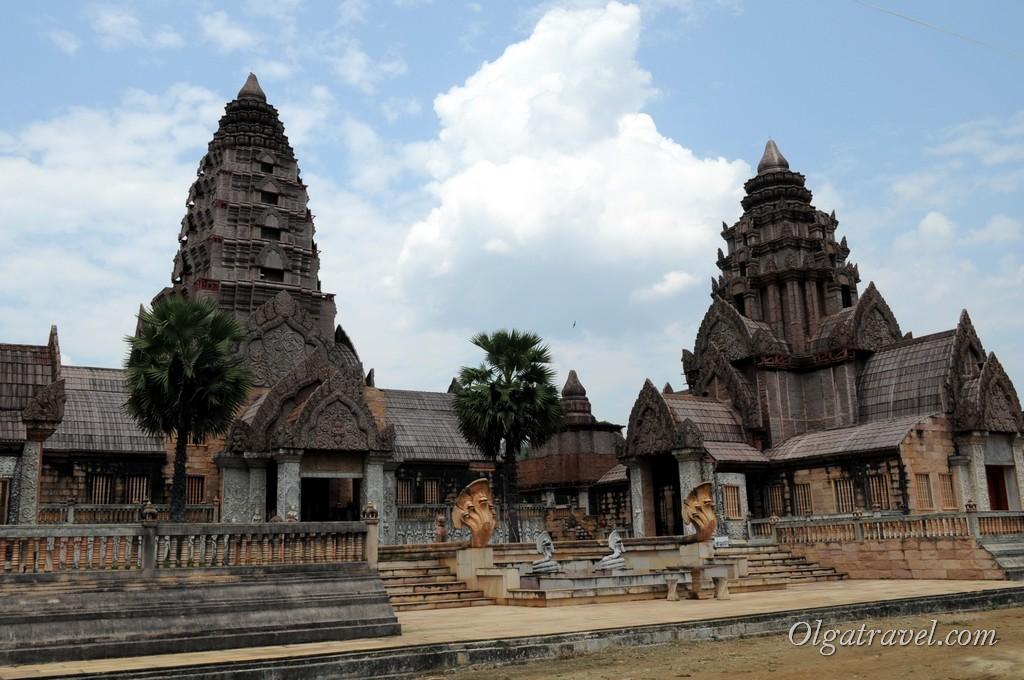 Новый храм Wat Pong Nam Ron, костя под храмы Анкор Вата :)