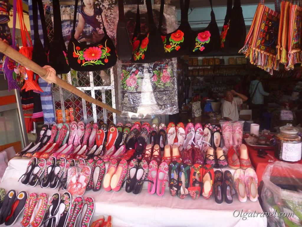 Сувениры в Мае Салонг - различная одежда и обувь