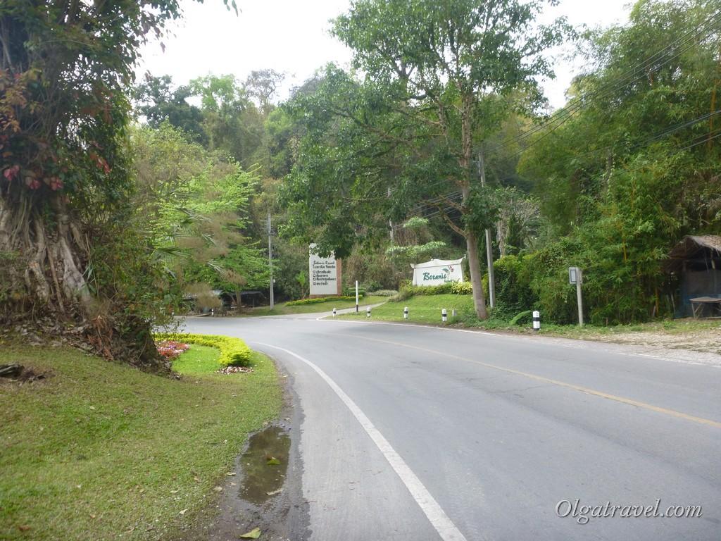 Направо - отель Botanic Resort, налево - вход в ботанический сад