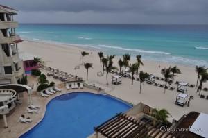 Море в Канкуне даже во время шторма и непогоды ярко бирюзового цвета!