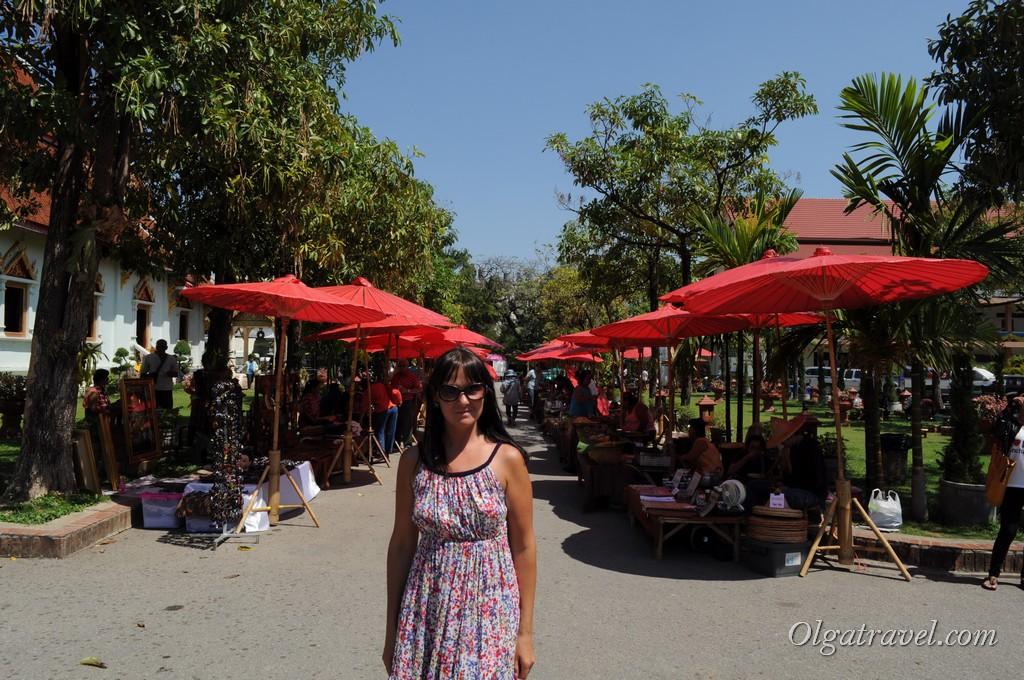 И даже возле храма - рынок! :)