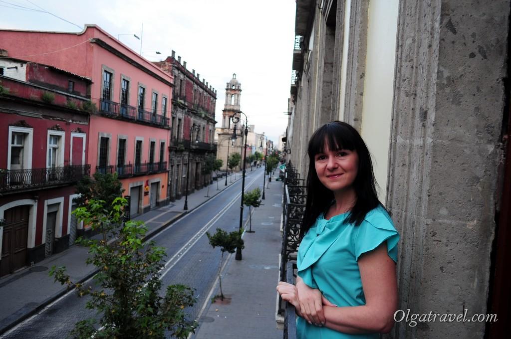 Милый балкончик и вид на улицу из номера
