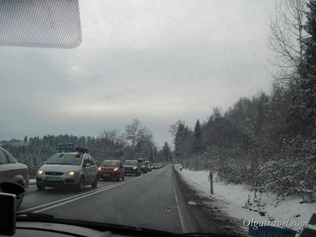 По дороге из Кракова в Закопане 1 января: мы едем в сторону курорта, а на встречу пробка из машин поляков, которые возвращаются из отпуска домой, в Краков