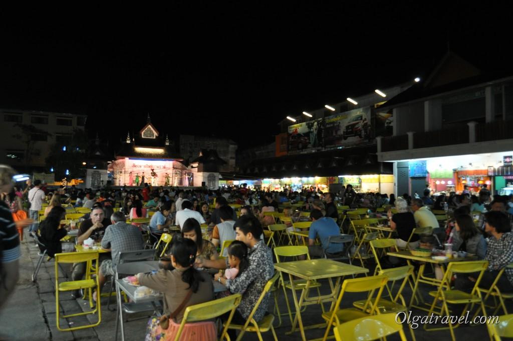 Огромный фуд корт на ночном рынке в Чианг Рае