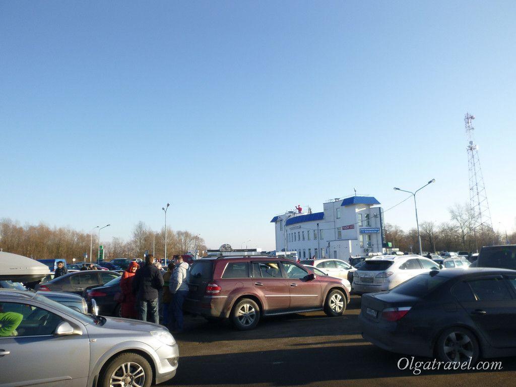 Множество машин на границе Брест - Варшавский мост под Новый год