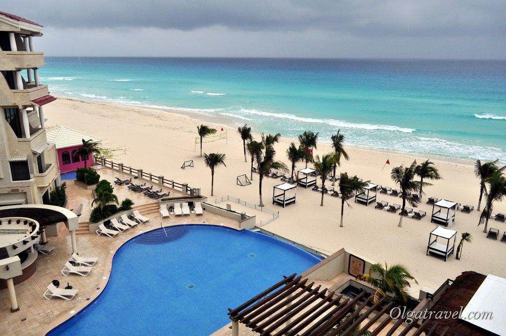 Вид с балкона номера на бассейн и Карибское море. Даже в шторм и грозу море имеет ярко бирюзовый цвет! (никакого фотошопа на фото нет, я просто не умею им пользоваться:))