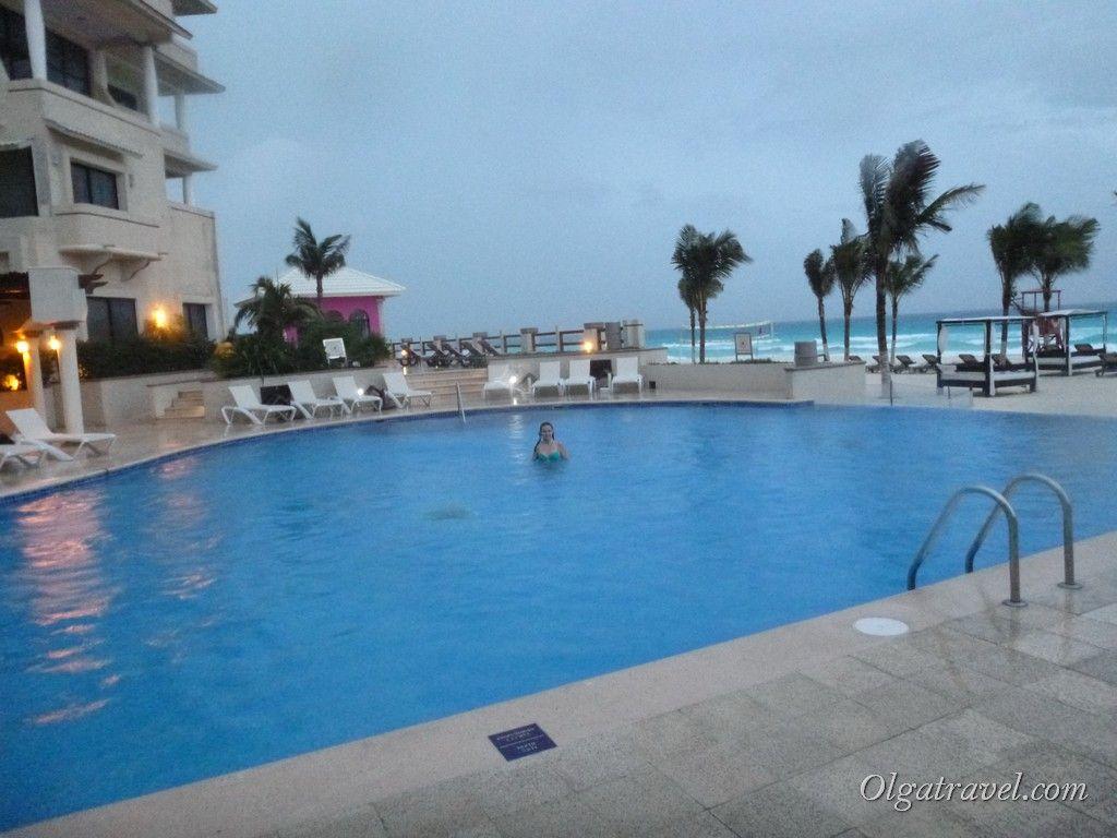 Пытаюсь плавать в бассейне :)