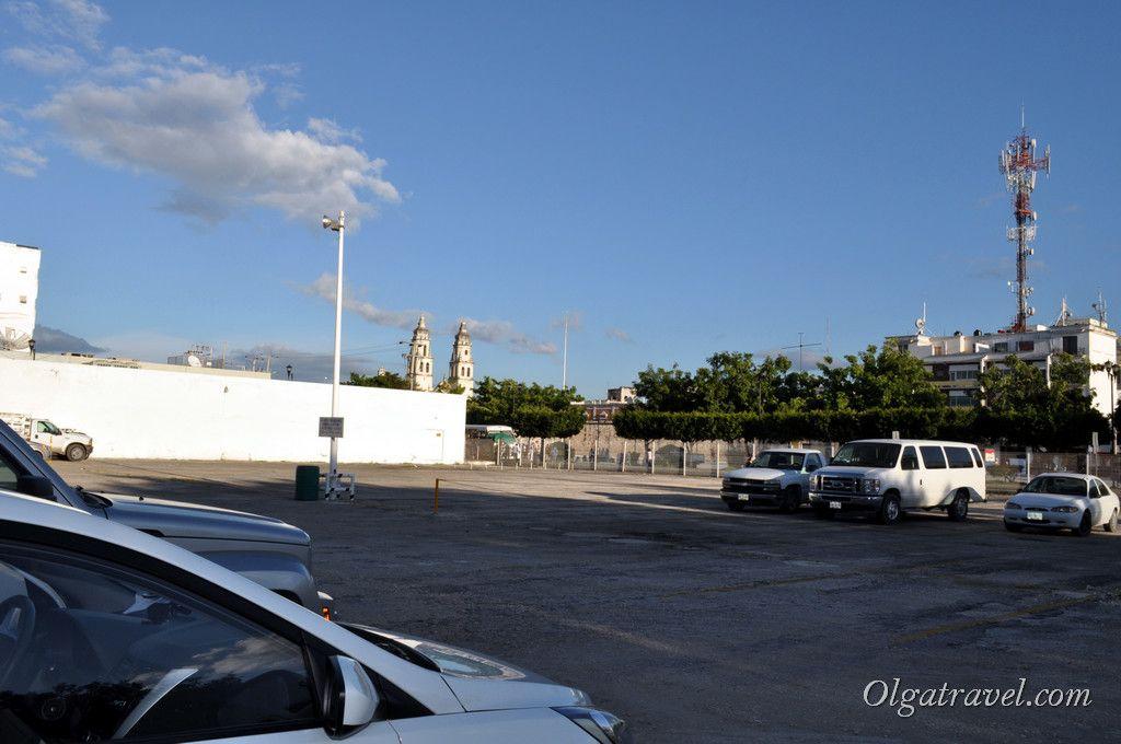 Огромная полупустая парковка возле отеля