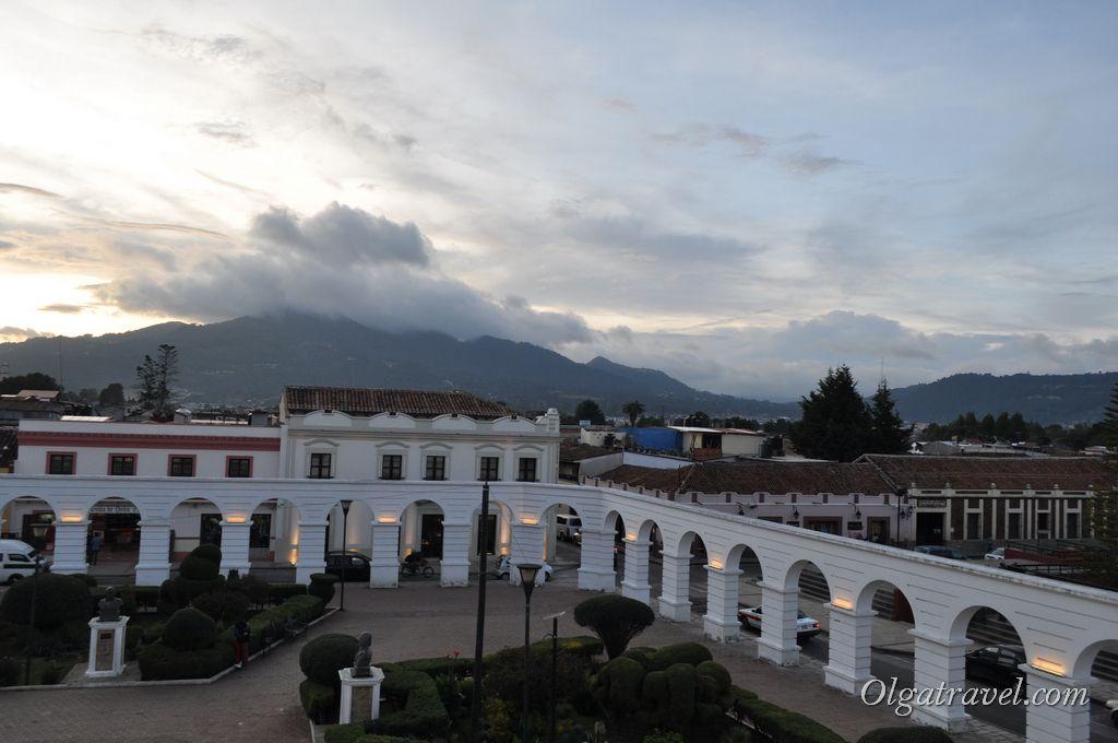 Виды на город и горы со второго этаже Правительственного дворца
