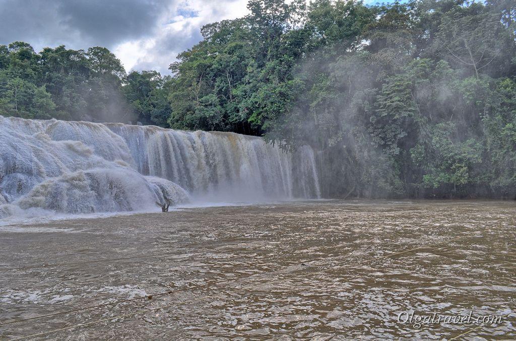 К сожалению из-за дождей вода в водопаде была не голубая, а коричневая :(