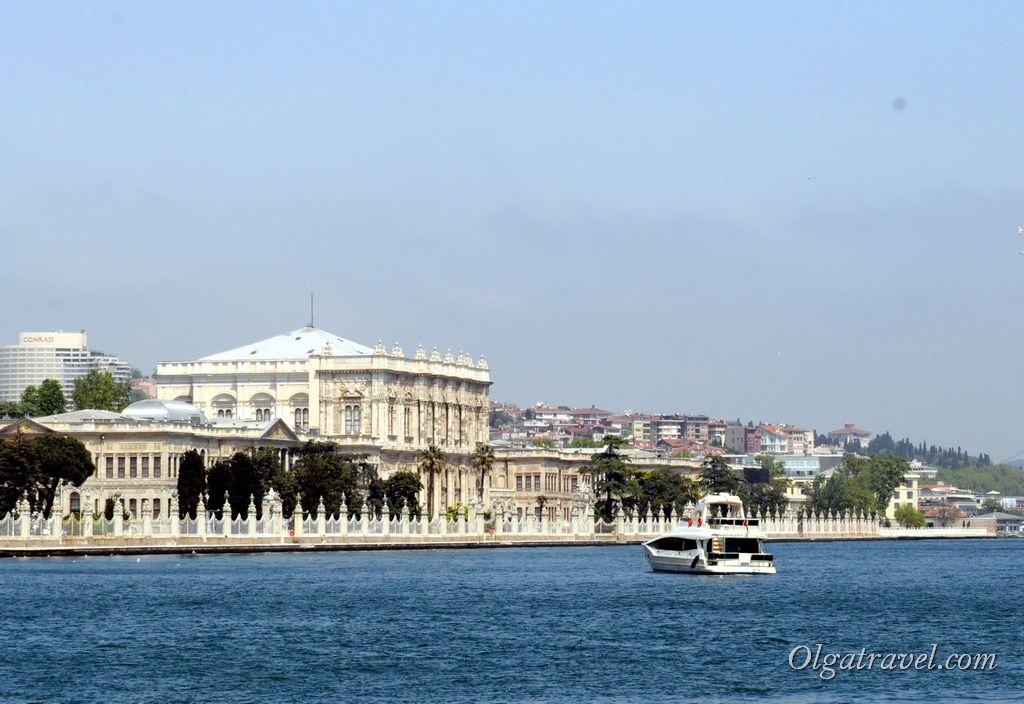 Вид на дворец Долмабахче со стороны Босфора