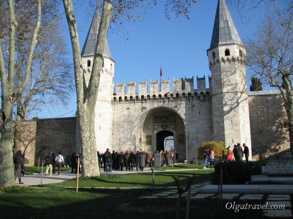Из первого двора дворца во второй ведут Врата Приветствия