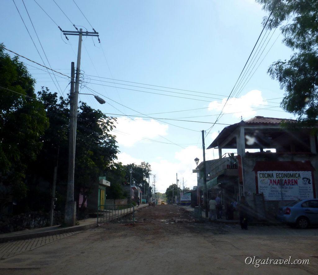Дорога в одном из мелких городков Мексики
