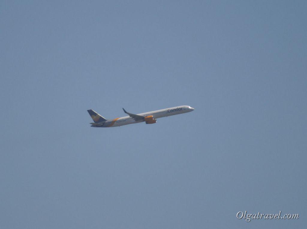 Над водопадом часто пролетают самолеты:)