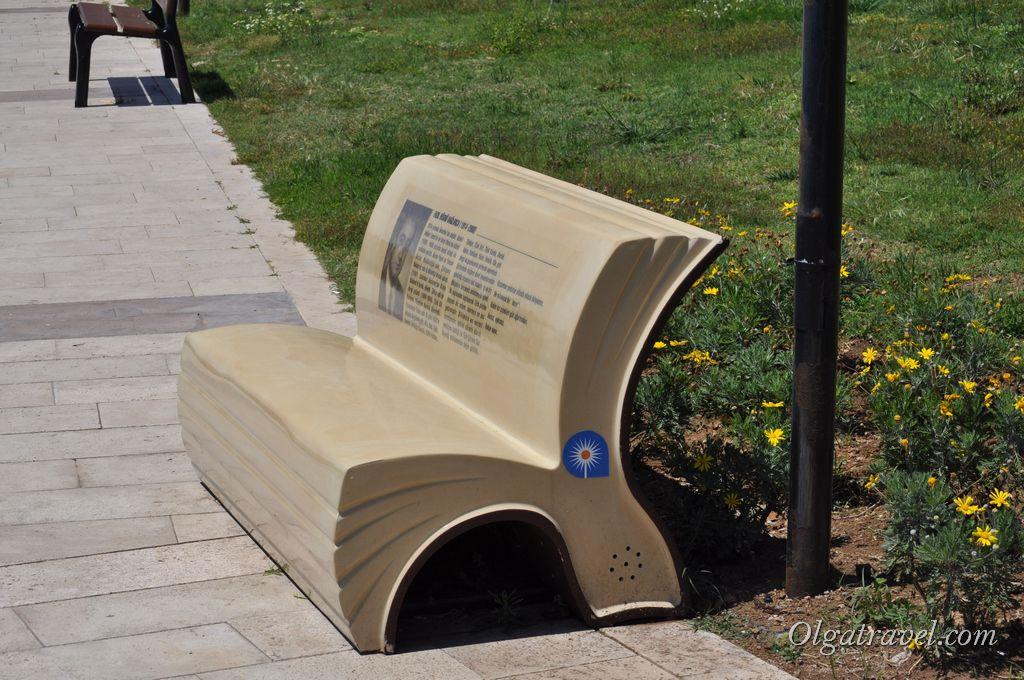 Звуковые скамейки в парке. Включаются нажатием кнопки сбоку