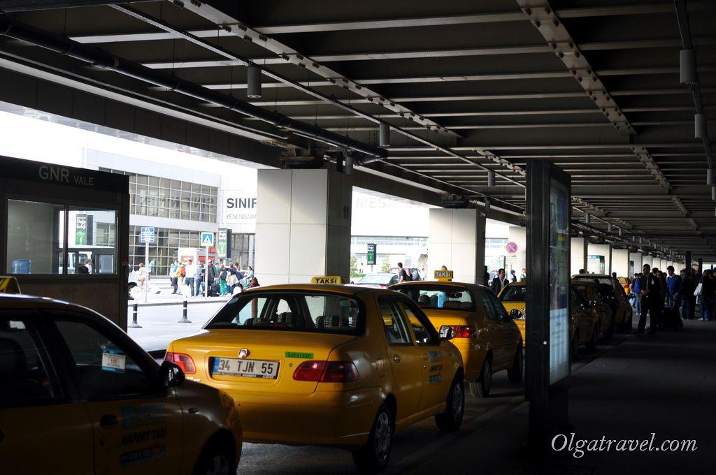 Возле выхода из зоны прилета очередь на такси
