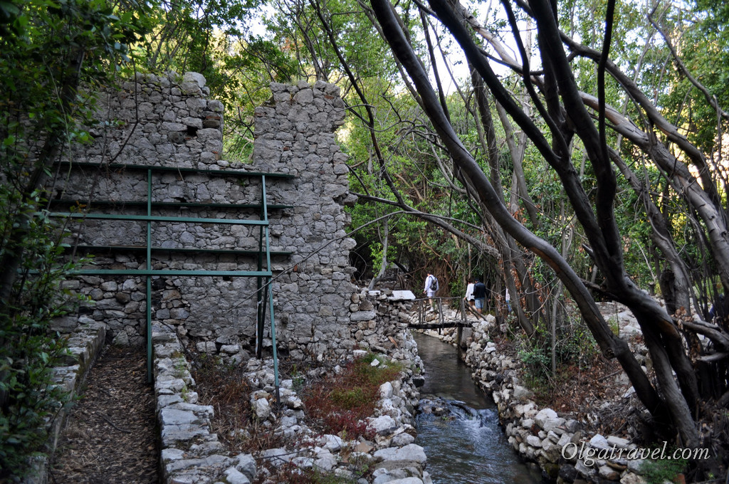На территории сделан желоб для воды