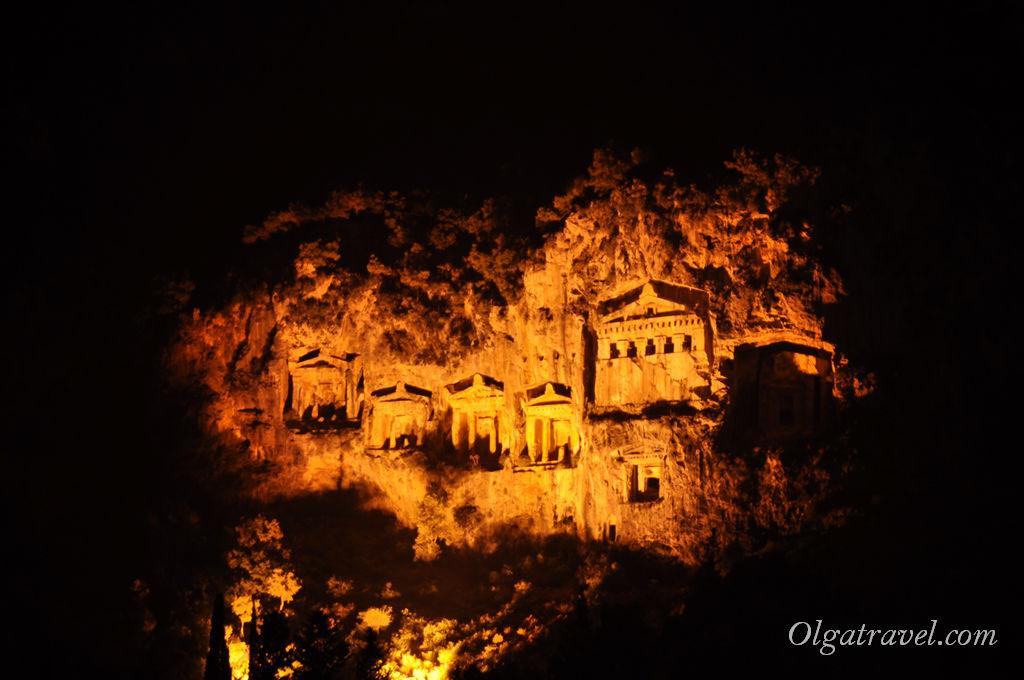 Скальные гробницы в Дальяне ночью подсвечиваются