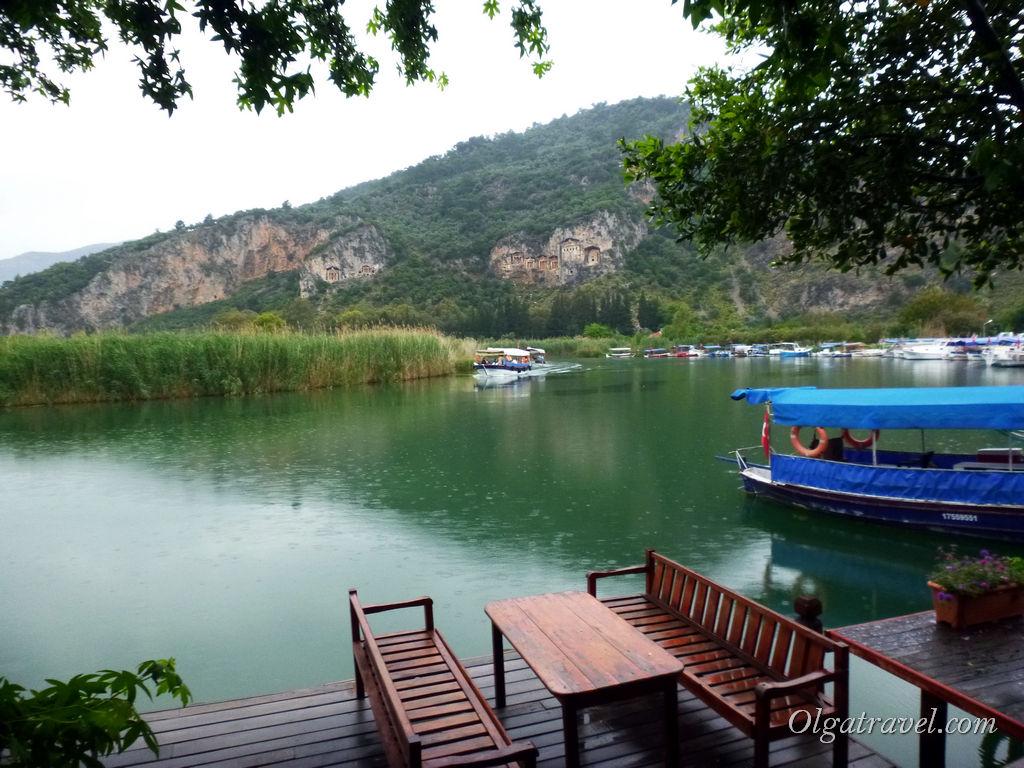 Onder Pansiyon - симпатичная территория с видом на реку и гробницы. Жаль, что дождь :(