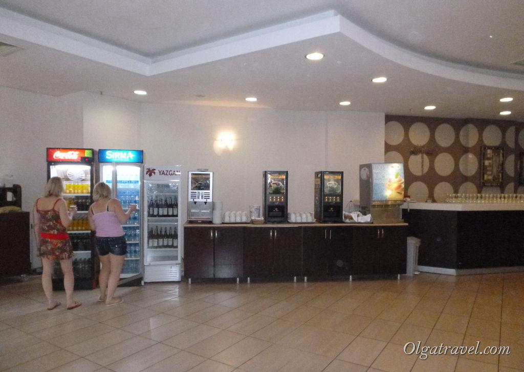 По всей территории стоят холодильники с пивом, вином, водой, соками