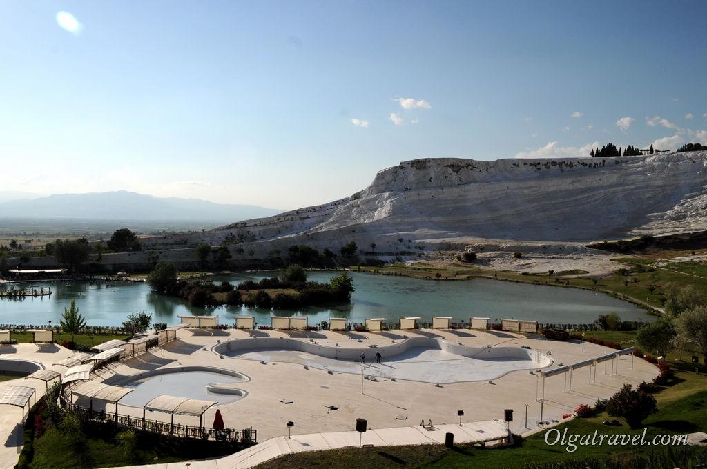 Вид на озеро и бассейны, которые в сезон заполняются термальной водой с горы