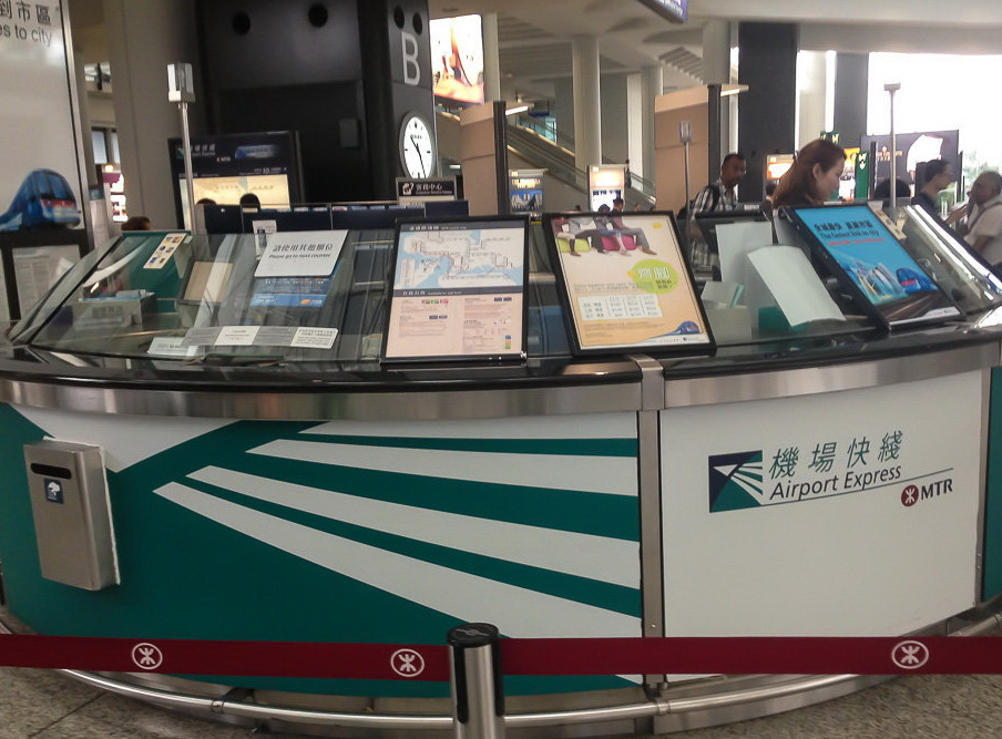 Стойка в аэропорту где можно купить Октопус (там же можно его потом сдать), билет на экспресс или узнать необходимую информацию