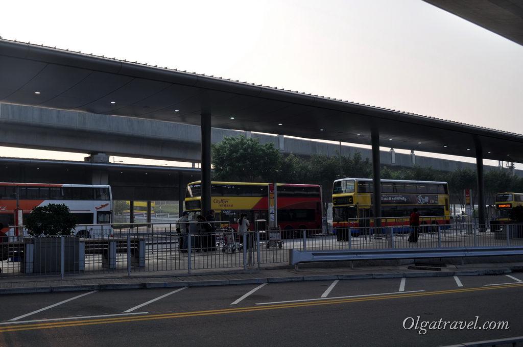 Остановка автобусов в аэропорту Гонконга