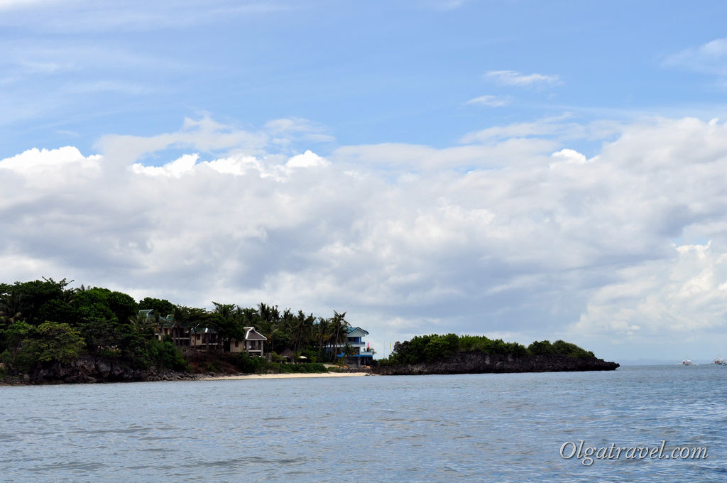 Подплываем к острову - виднеются домики отеля Tepanee Beach Resort