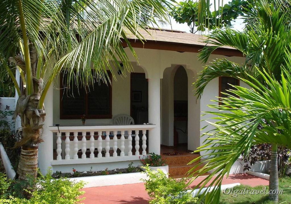 Домики отель Flower Garden Resort  возле пляжа Алона бич