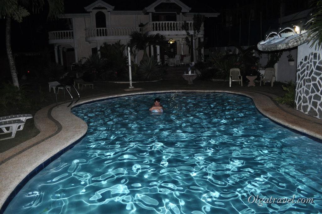 Приятно поплавать вечером перед ужином :)