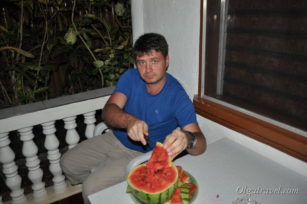 Купили арбуз и кушаем его на веранде нашего домика