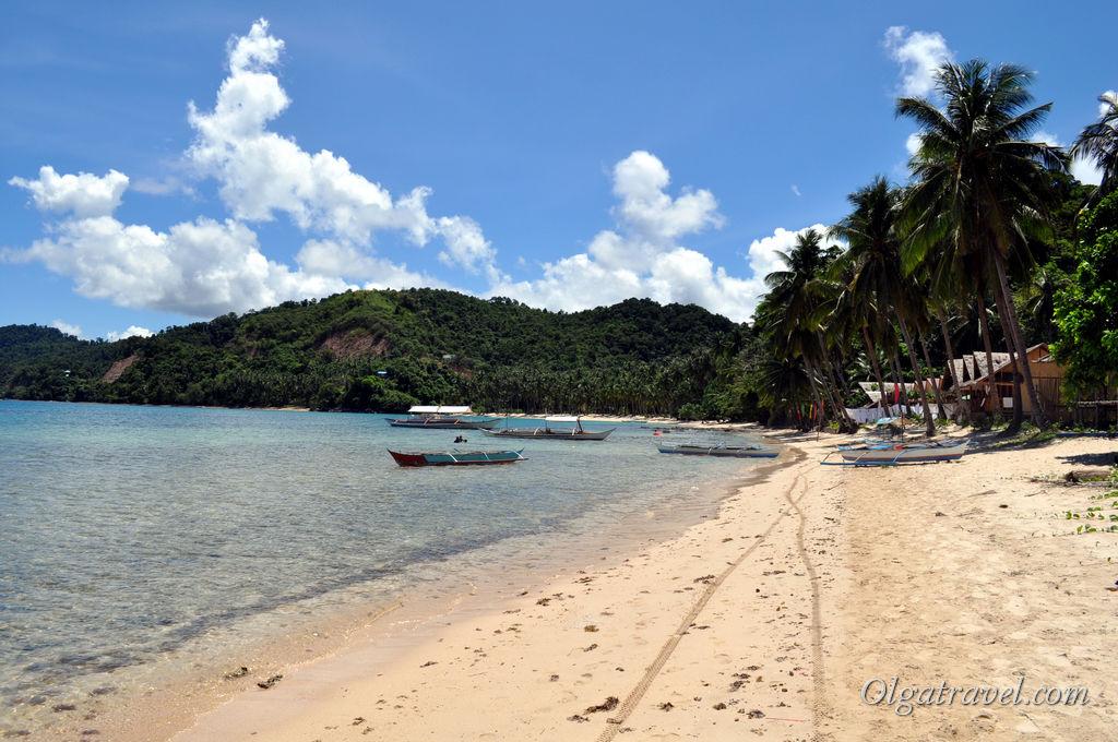 На заднем плане домики недорогого и очень популярного отеля Orange Pearl Beach Resort