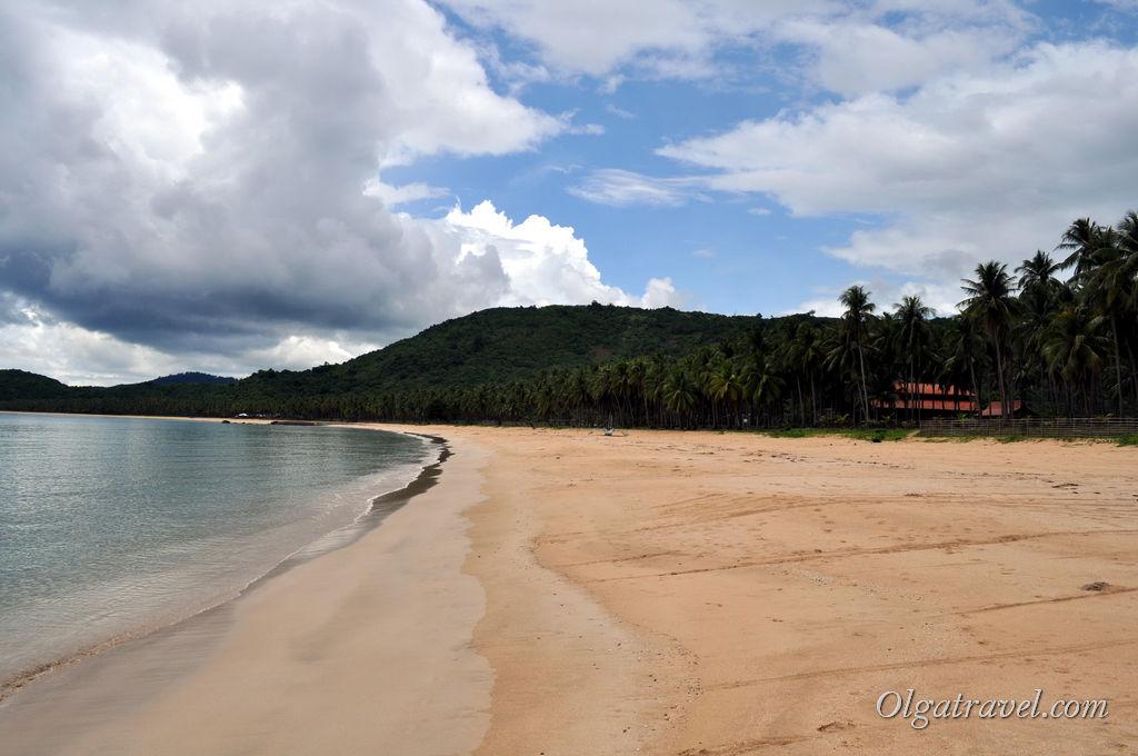 Длинный и пустой пляж Накпан севернее Эль-Нидо