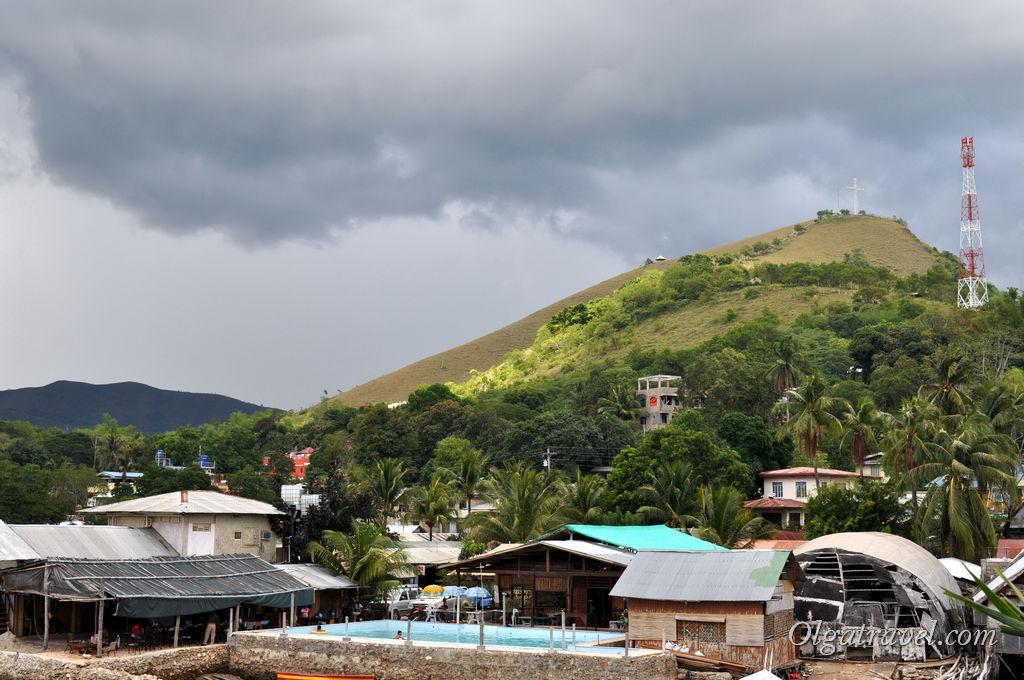 Вот на ту гору с крестом на вершине можно взобраться для осмотра окрестностей и встречи заката