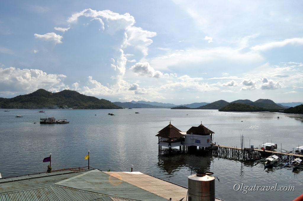 Вид с крыши Sea Dive Resort на бухту и острова