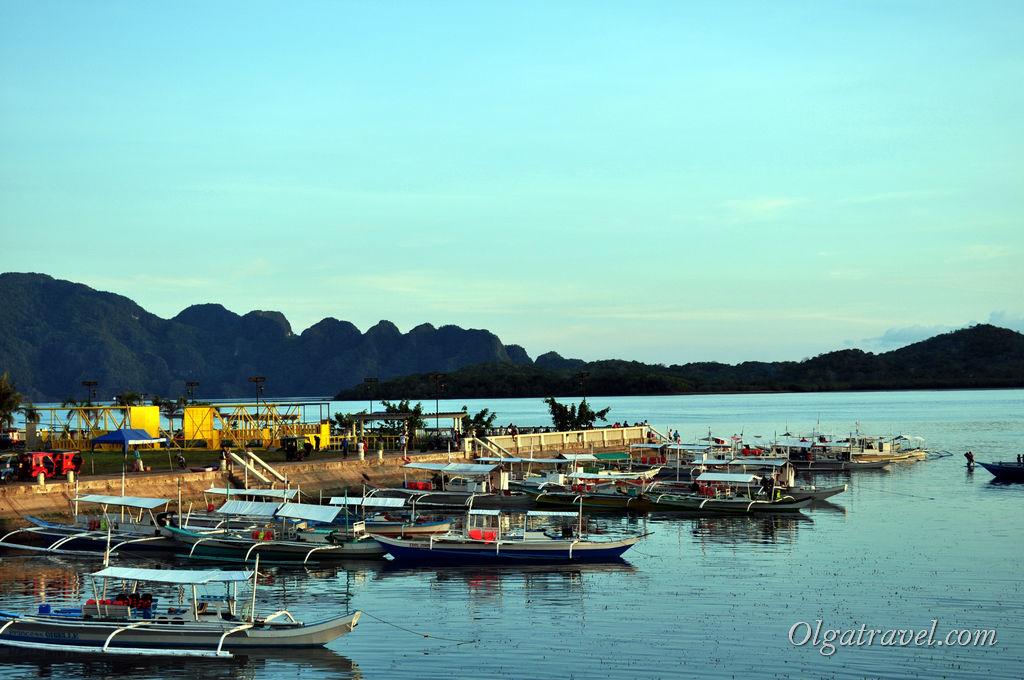 Вот сколько лодок в Короне! И все они готовы отвезти вас на острова и пляжи :)