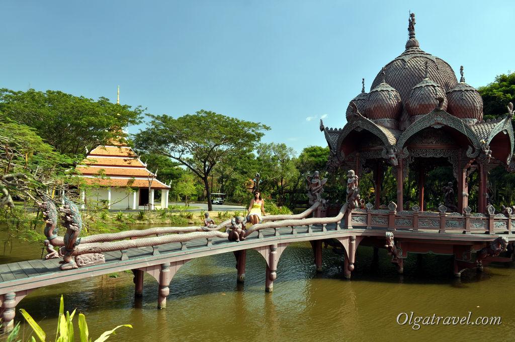 В огромном парке Ancient Siam