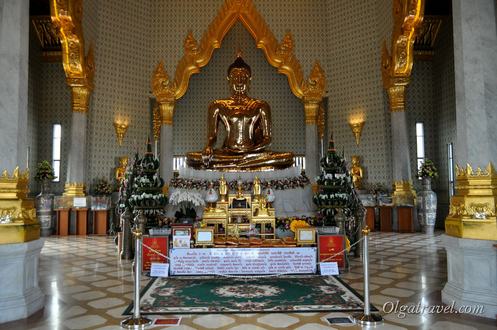 Посмотрели на золотого Будду