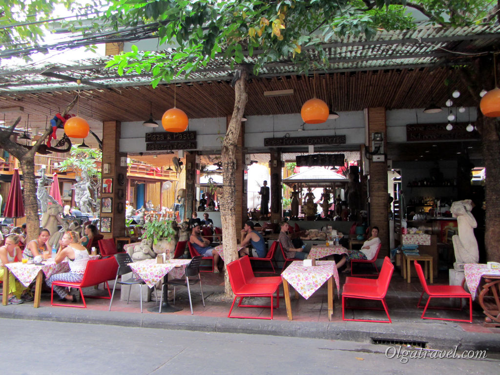 Шумная туристическая улица возле Viengtai Hotel