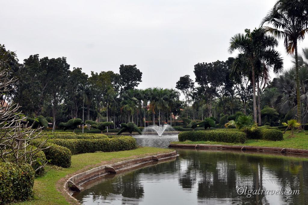 В парке большое озеро с фонтанчиками