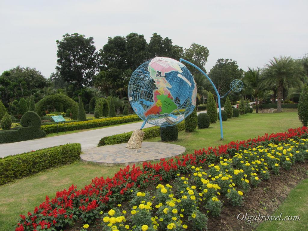 Вот такой вот глобус в центральной части парка