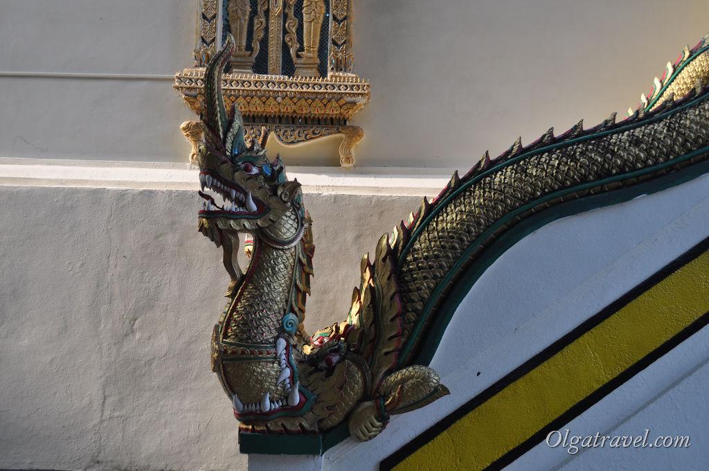 Вот какие змеи охраняют вход в храм