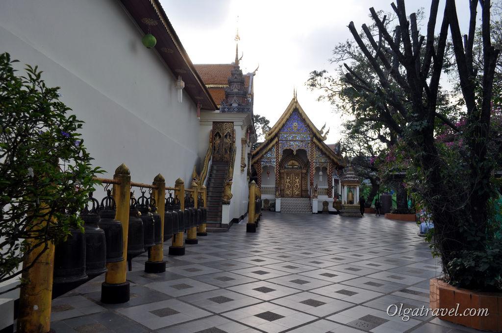 Колокольчики с другой стороны храма Дой Сутхеп
