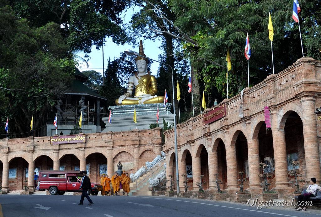 Возле подъема на гору к храму Дой Сутхеп: парковка, маршрутки, монахи и статуя встречает