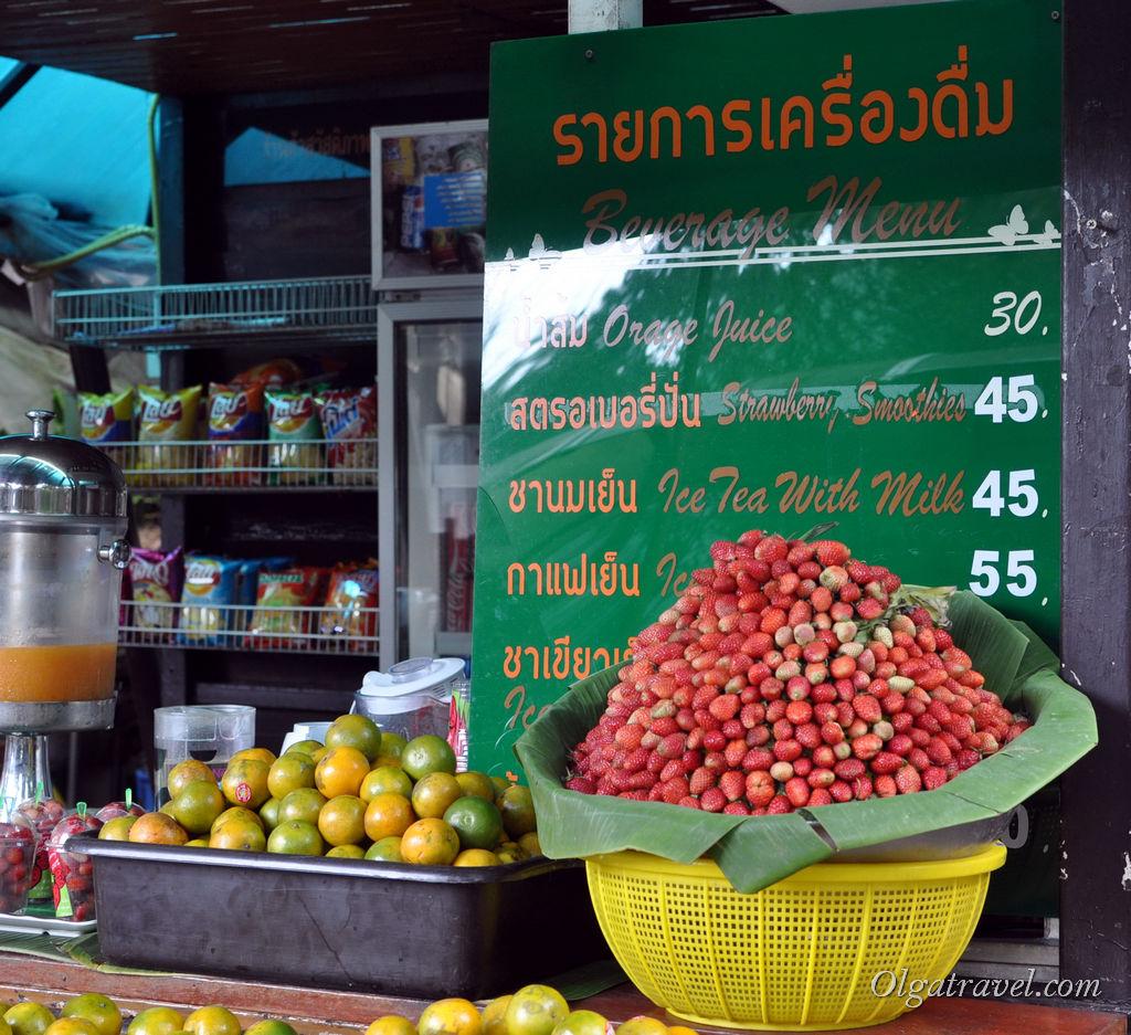 Мандарины и клубника (клубника пока не вкусная, сезон начнется в январе)