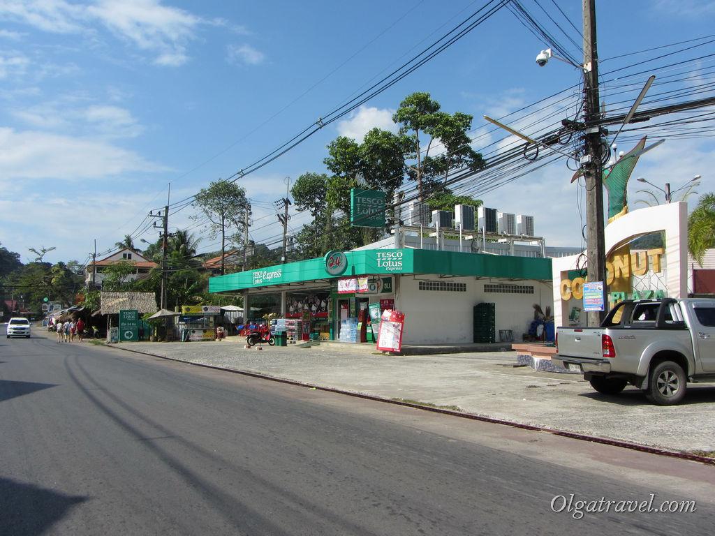 Магазин Теско Лотос Экспресс на дороге возле пляжа Чай Чет