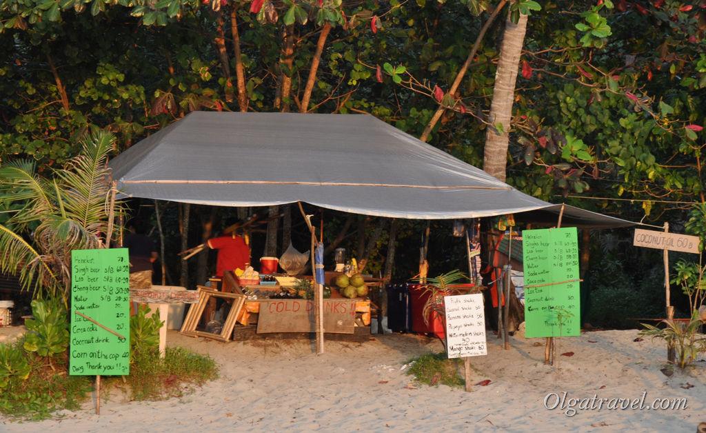 Палатка с фруктами, шейками, напитками и пивом посередине пляжа Лонли бич