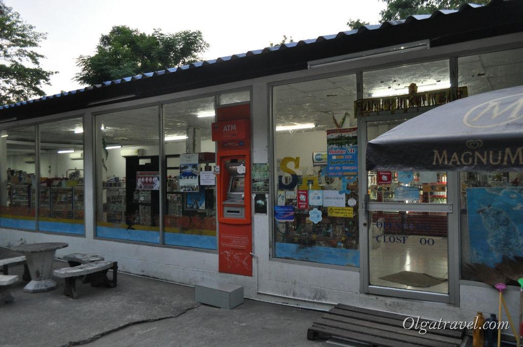 Магазин с водой и всякими мелочами на дороге возле Siam Hut